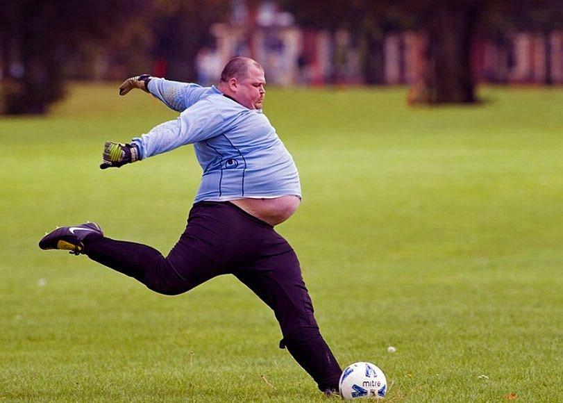 extrem-dicker-Fussballspieler-lustige-Spassbilder